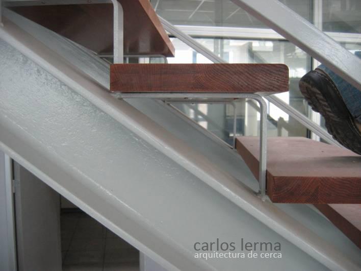 Escalera de zancas met licas arquitectura de cerca - Escaleras con peldanos de madera ...