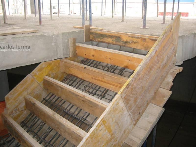 Encofrado de una escalera de hormig n arquitectura de cerca for Escalera de hormigon con descanso