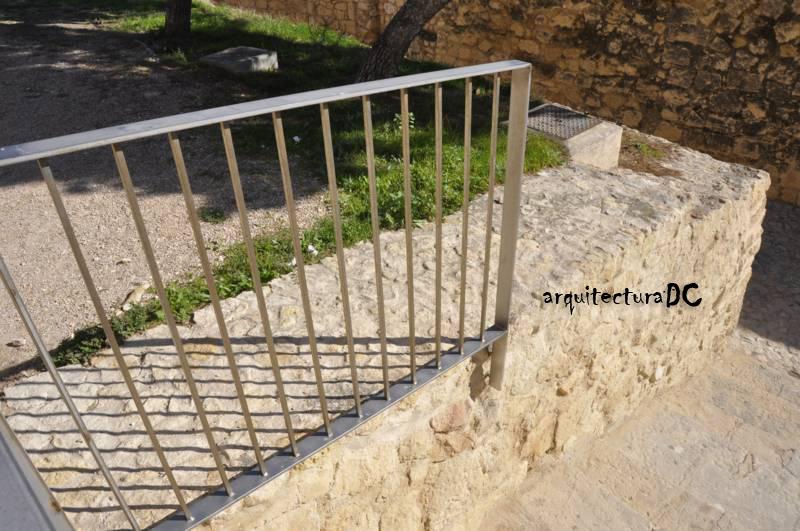 [255] Anclaje de una barandilla a un muro de piedra